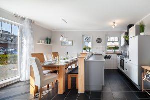 Essbereich und Küche im Ferienhaus auf Fehmarn