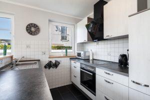 Ferienwohnung Offene Küche mit Spülmaschine und Kinderstuhl für den Familienurlaub