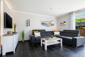 Ferienhaus Fehmarn Geräumiger Wohnbereich mit großem Ecksofa