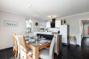 Ferienwohnung mit Esstisch für 8 Personen vor der Küche