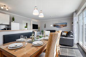 Moderner großer Wohnraum mit Essbereich und Küche im Ferienhaus auf Fehmarn