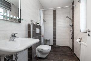 Behindertengerechtes Bad mit ebenerdiger Dusche im Ferienhaus auf Fehmarn