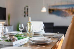 Nahaufnahme gedeckter Tisch Ferienwohnung privat