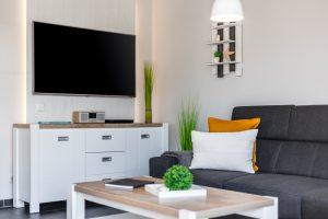 Fernseher 55 Zoll Ultra HD und großes Sideboard mit Gesellschaftsspielen im Ferienhaus