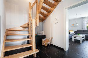 Holztreppe im Flur des Ferienhauses Müller Fehmarn