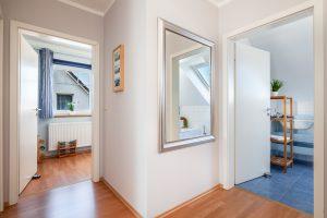 Blick von der Treppe ins Kinderzimmer und Badezimmer im OG Ferienhaus Fehmarn