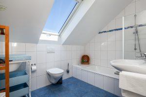 Ferienhaus mit zwei Bädern, Maritimes Badezimmer mit Fön im DG