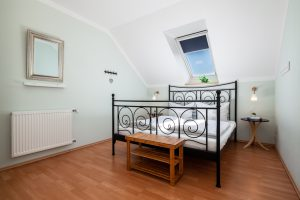 Doppelbett im hellen Schlafraum FeWo Fehmarn