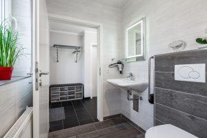 Behindertengeeignetes Bad mit Haltegriff an Toilette