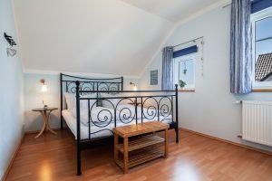 Gemütliches helles Schlafzimmer in der Ferienwohnung in Burg