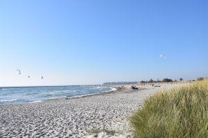 Kitesurfer am Südstrand bei Sonnenschein
