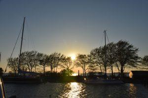 Hafen in Orth, Schiffe vor dem Sonnenuntergang