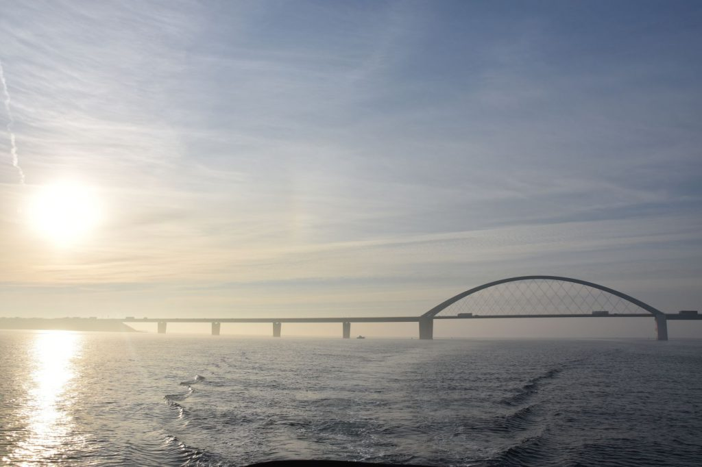 Fehmarnsundbrücke vom Boot aus fotografiert