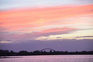 Blick auf die Fehmarnsundbrücke bei rot gefärbtem Himmel