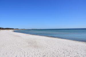 Südstrand Fehmarn - breiter Sandstrand und blaues Meer