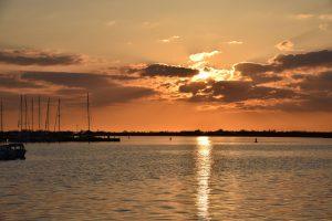Sonnenuntergang am Hafen Burgtiefe