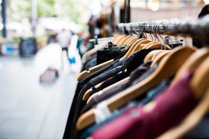Kleiderständer vor einem Geschäft