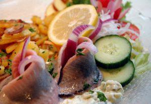 leckeres Fischgericht mit Bratkartoffeln im Restaurant