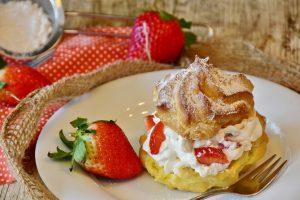 Windbeutel mit Erdbeeren und Sahne, Kuchen