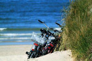 Fahrräder liegen in den Dünen