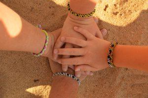 gestapelte Hände, Gruppenreise, Gruppenurlaub, Familien