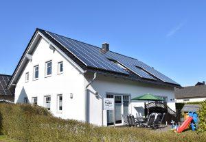 Ferienhaus Thomas Müller Hausansicht mit Sonnenterrasse Ferienwohnung