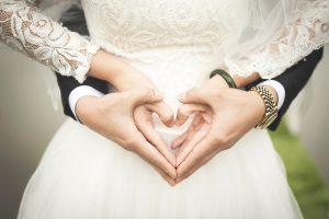 Hände eines Brautpaares als Herz gehalten