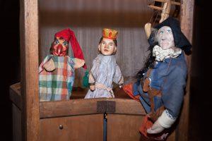 Drei Puppen im Kaspertheater