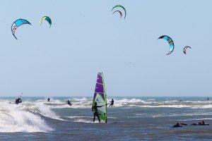 Viele Kiter auf dem Meer