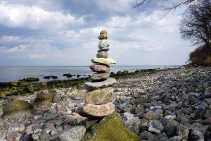 Ostküste Fehmarns mit Turm aus Steinen, Foto: Tourismus-Service Fehmarn, Almut Wiemold