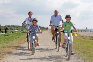 Familie auf dem Fahrrad erkundet Fehmarn. Foto: Digitalfotografie Nyfeler - Thomas Nyfeler