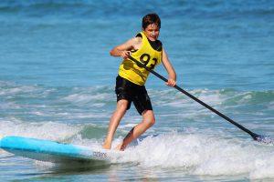 Junge beim stand-up-paddling